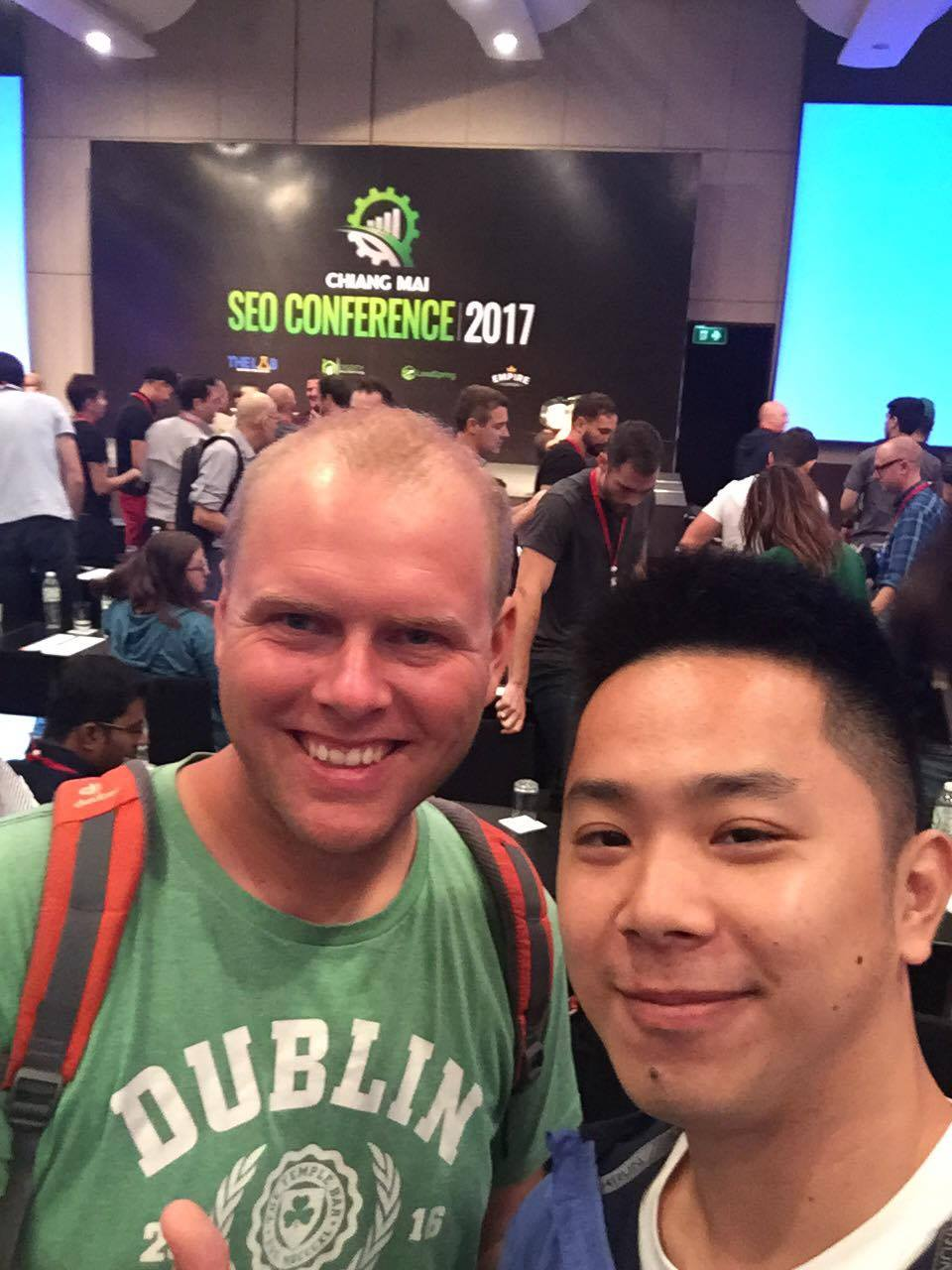 Christoph Labrenz mit einem chinesischen SEO Kollegen auf der Chiang Mai SEO Conference 2017 in Thailand.